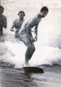 PKT 545 - 96981 LP3D PRINCE OF WALES TOUR OF AMERICA AND AUSTRALIA 5 NOVEMBER 1977 Prince Charles went for an early morning swim and surf at Bondi Beach, Australia, today, during his 11-day tour of Australia. Photo shows: Prince Charles tries his skills at riding a surfboard at Bondi Beach.